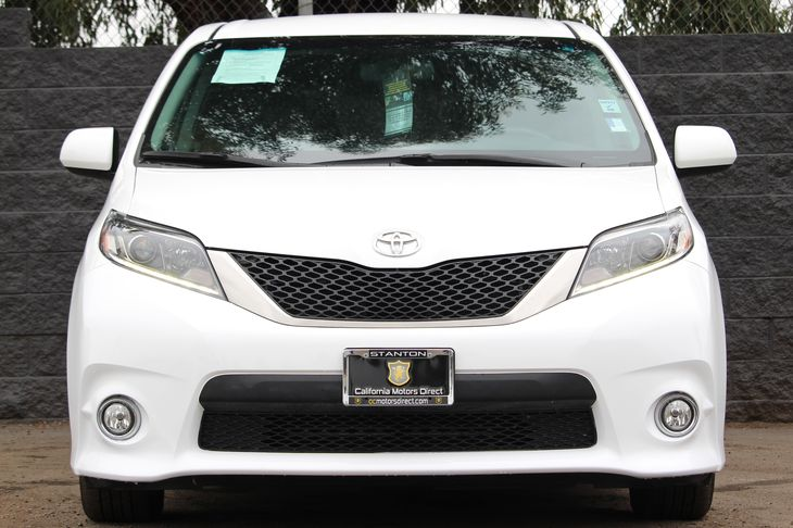 2017 Toyota Sienna SE Premium 8-Passeng  Super White All advertised prices exclude government f