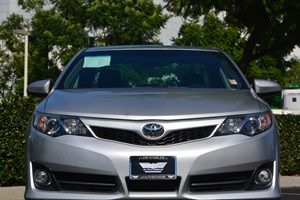 2014 Toyota Camry SE Carfax 1-Owner  Classic Silver Metallic  We are not responsible for typog