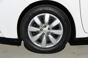 2015 Toyota Corolla LE Carfax 1-Owner - No AccidentsDamage Reported  Super White          17