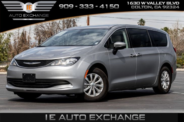 2017 Chrysler Pacifica Touring (w/ Bluetooth, Back-up Camera, 3rd Row)